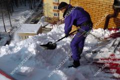 Уборка снега с крыши к